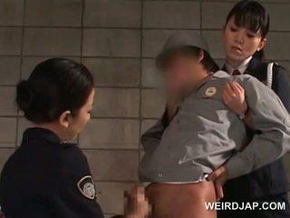Pikk starved asiatisk politiet kvinner giving handjob i fengsel