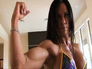 Perfect fitness muscle vrouw flexing haar sterk ripped biceps
