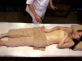 कॉलेज गर्ल reluctant ऑर्गॅज़म द्वारा masseur