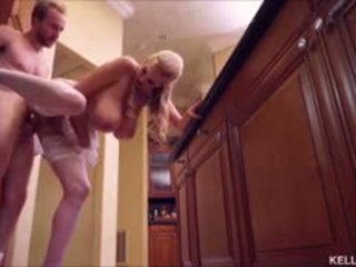 Kelly madison heats augšup the virtuve ar viņai liels bumbulīši