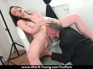Viejo guy enjoys un adolescente