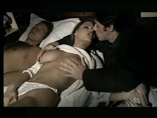 Attraente pupa being assaulted in letto video