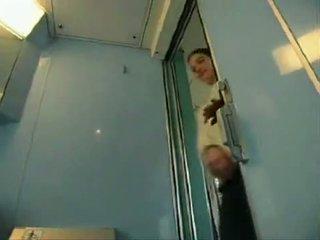 Sexy chica puts un pañal en un tren