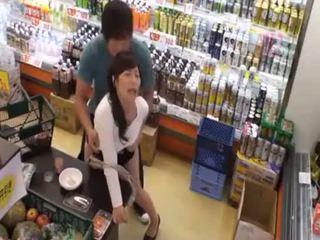 Wat is de naam van de laatste meisje? heet aziatisch tiener publiek amateur seks in winkel
