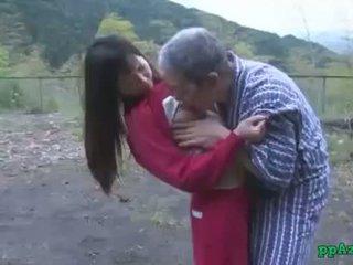 Asiatisch mädchen getting sie muschi licked und gefickt von alt mann wichse bis arsch draußen bei