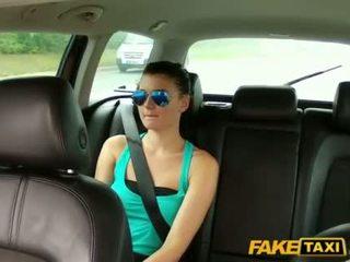 かわいい scarlet banged とともに a cab driver
