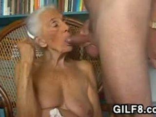 Išdykęs močiutė giving a čiulpimas į namai