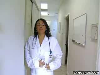 Medic fulfills її непристойна needs