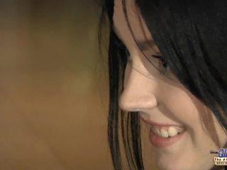 Napalone młody dziewczyna eagers na stary kutas