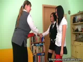 Dina et kira sucer et lèche énorme seins de leur prof.