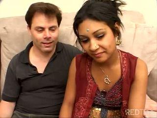 Сором'язлива трохи індійська дівчина трахкав добре