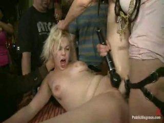 Alice frost là tied tightly, thực hiện đến gag onto con gà trống, anally fisted, thằng khốn fucked lược, và humiliated trong một công khai thanh trong khiêu dâm valley!