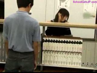 Uczennica getting jej cipka rubbed w the biblioteka