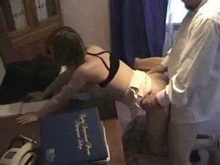 Viejo hombre jefa fucks su estrecho employee