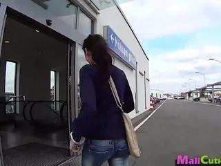 Mallcuties - amadora gaja sucks um stranger em um loja.