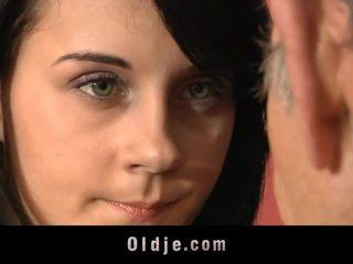 Leila practică sexual exercises cu vechi om