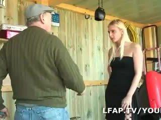 Blondi francaise sodomisee dans un suunnitelma a trois avec papy