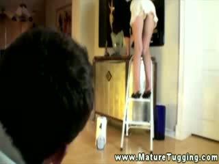 পরিষ্কার গৃহিণী উপর ladder gives peek