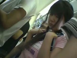 超短裙 女學生 摸索 在 火車