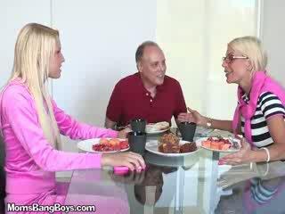 บลอนด์ ผู้หญิงสวย gets หี eaten โดย boyfriend