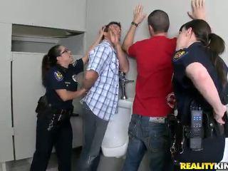 Pair honeys 在 警察 制服 有 性交 在 他們的 buttholes