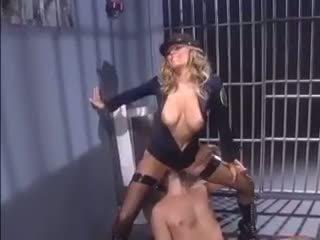 Female polisiýa seduces an inmate
