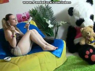 Kimainen dame pleasuring yhdessä surrounding lelu karhu