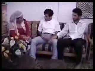 ערבי עיקרת בית מזוין עם two guys. וידאו
