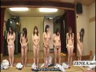 Subtitled gruppe av japansk milfs stripping til racing spill