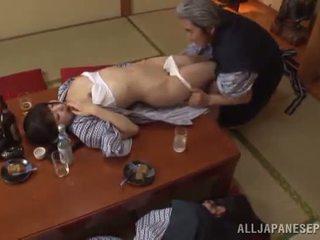 Sleaze arisa has të saj japoneze mjaltë pot shaged nga moshë e pjekur guy