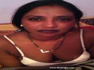 Bangladeshi hemmafru taking henne vit behå off till expose henne titties
