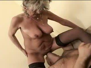 Nóng bà nội alena sits trên đối mặt và takes một to một
