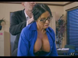 Cougar cheats on her bojo at work, dhuwur definisi porno 5b
