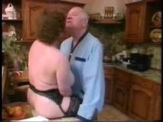 Vieux homme baise grand mésange femme puis younger fille