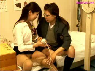 Koolitüdruk ja arst stimulating pussies koos vibraator edasi the voodi sisse the schoolhospital