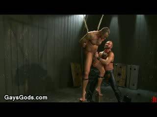 Tied למעלה muscle הומוסקסואל endures electricity ו - קשה שלל flogger
