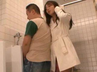 Bitchy warga asia remaja gives menghisap zakar dalam awam