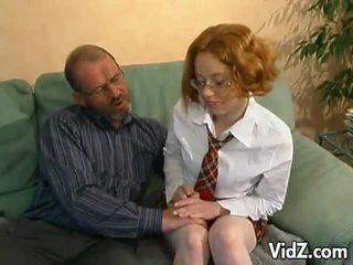 Възбуден стар мъж hits на а млад червенокоси