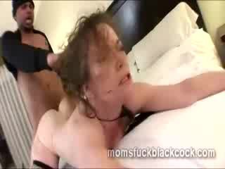 Elastic cougar gets her experienced coochie smashed by black dong