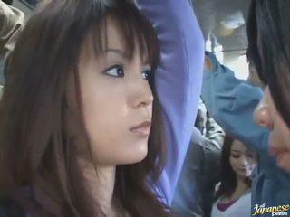 Sous la jupe coup de une mignonne chinois en une crowded bus