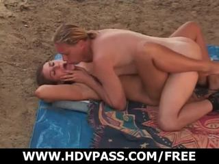 日光浴 turns に セックス 上の ザ· sandy ビーチ