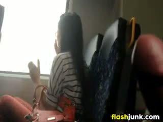 Cazzo flashing mentre cavalcare su il treno