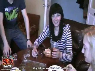Seksi kanak-kanak perempuan menghisap prick dan bump di yang majlis