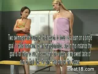 Two sexy tenåringer stripping naken før de få knullet og creampied i den locker rom