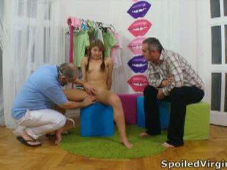 Spoiled virgins: 俄 女孩 has 她的 年轻 virgin 的阴户 checked.