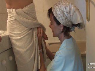 프랑스의 엄마 seduces 젊은 guy 와 큰 수탉 과 gets.