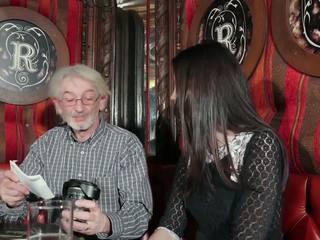 Joven hija tempting abuelo con joven coño sexo