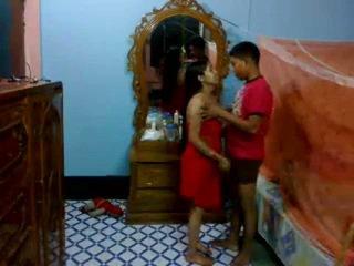 Honeymoon india pair en su dormitorio