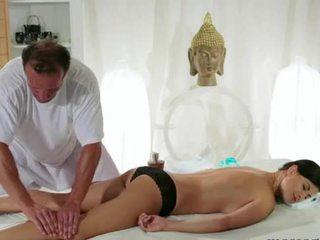 Голям бюст брюнетка gets гърди масаж